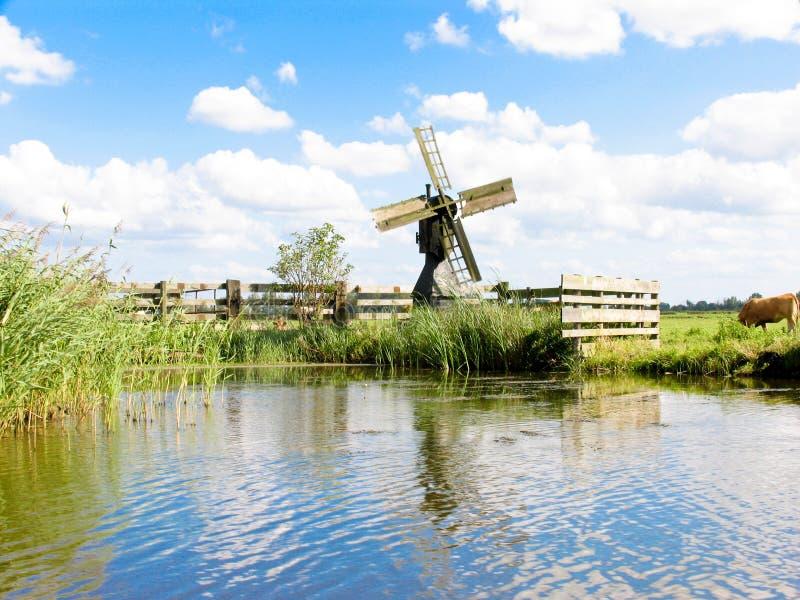 Petit moulin à vent hollandais photo stock