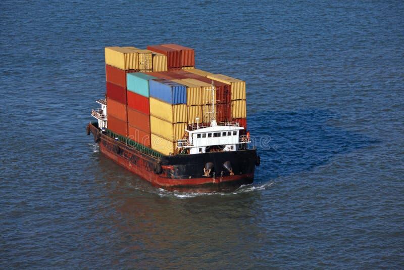 Petit navire porte conteneurs photo stock image du for Porte conteneur