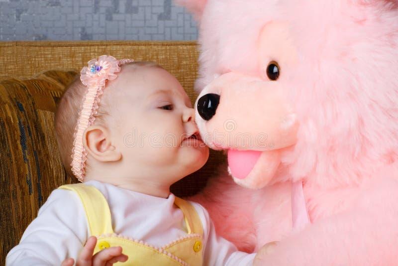 Petit ours de fille et de jouet images libres de droits