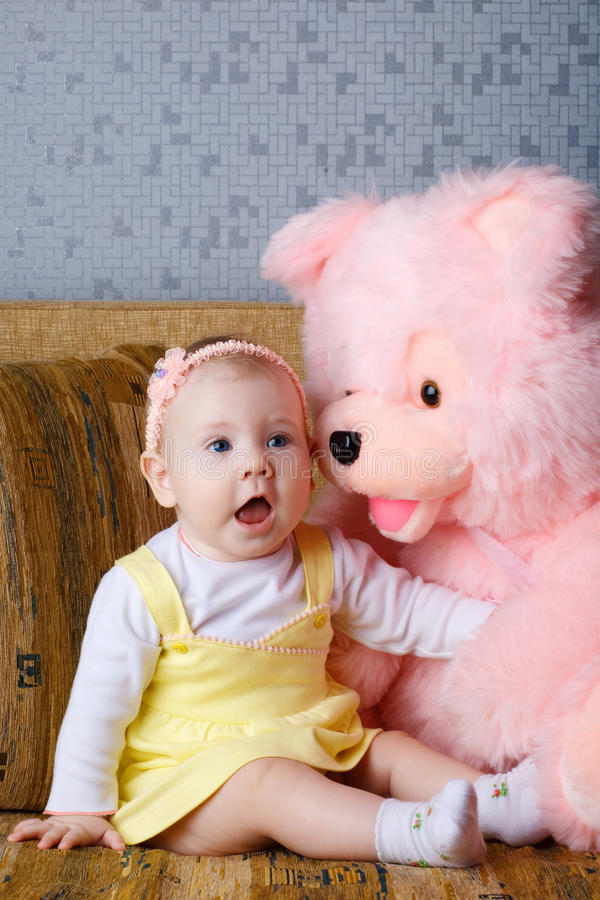 Petit ours de fille et de jouet photo stock