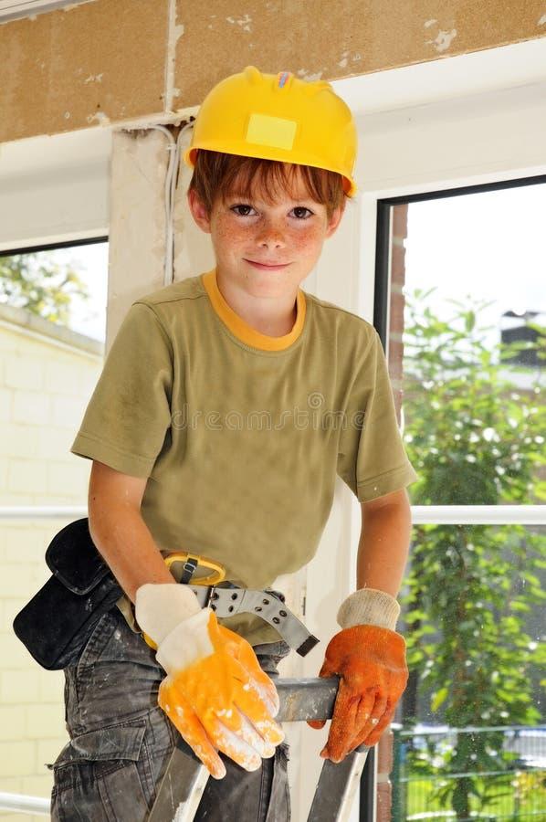 Petit ouvrier avec le casque de sécurité photo libre de droits