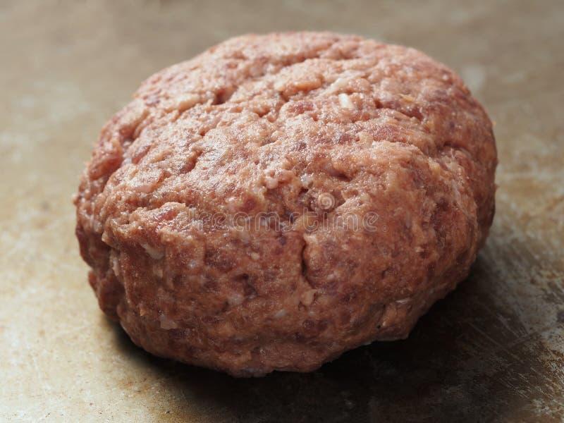 Petit pâté cru rustique d'hamburger photographie stock libre de droits
