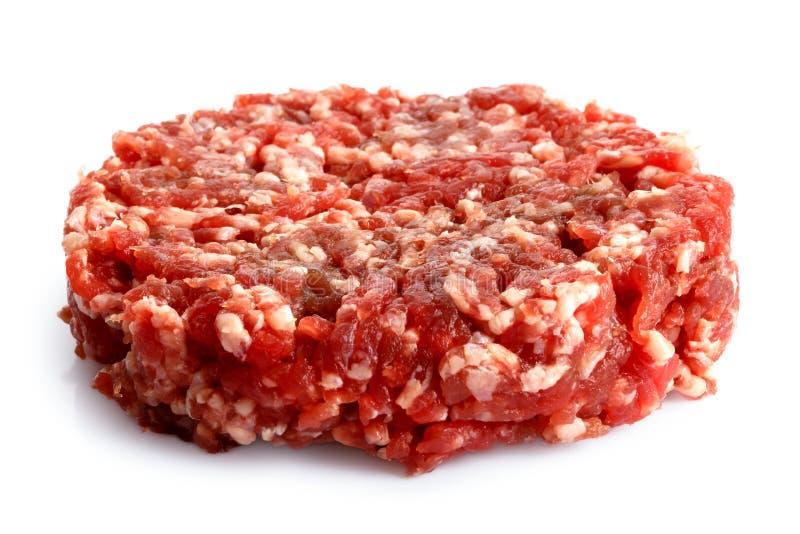 Petit pâté cru simple d'hamburger d'isolement sur le blanc images stock