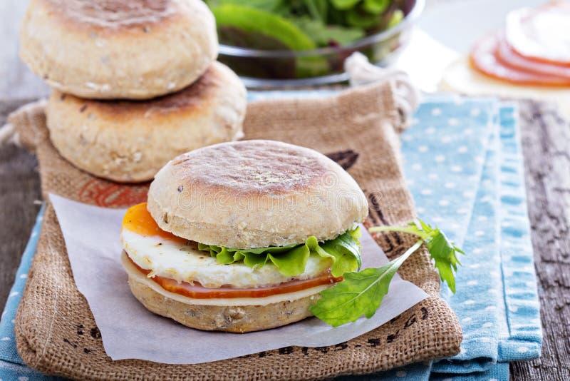 Petit pain anglais avec l'oeuf pour le petit déjeuner photo stock