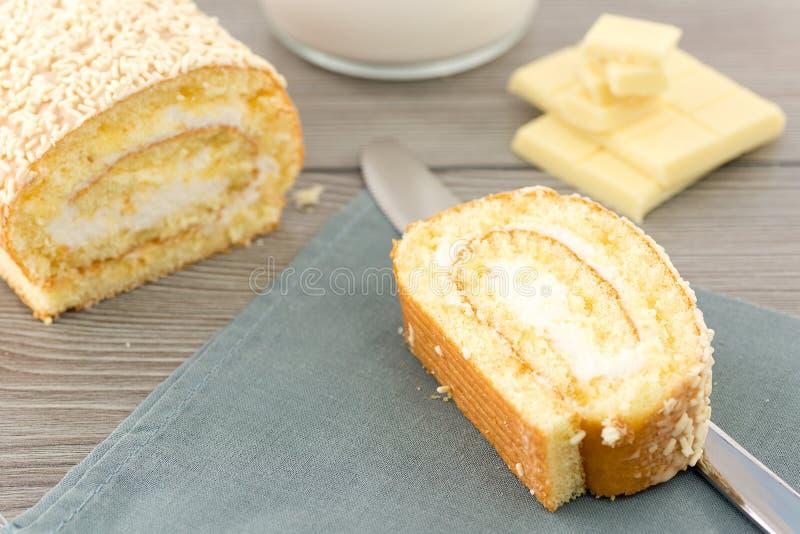 Petit pain avec du lait crème et le chocolat blanc images libres de droits
