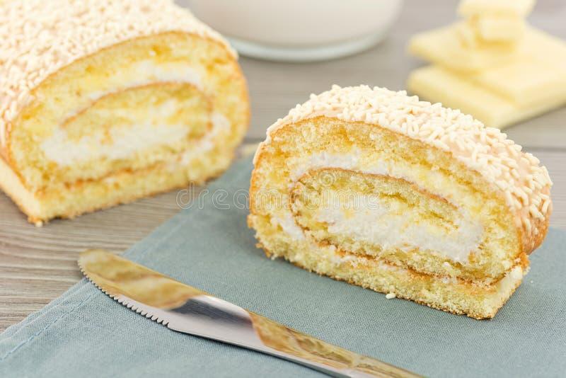 Petit pain avec du lait crème et le chocolat blanc photo stock