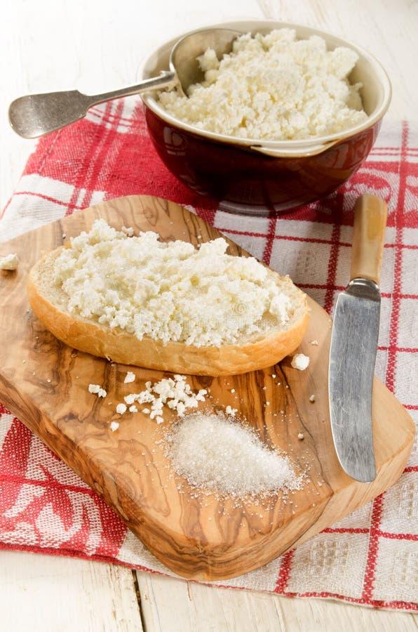 Petit pain avec le fromage blanc et le sucre photos libres de droits
