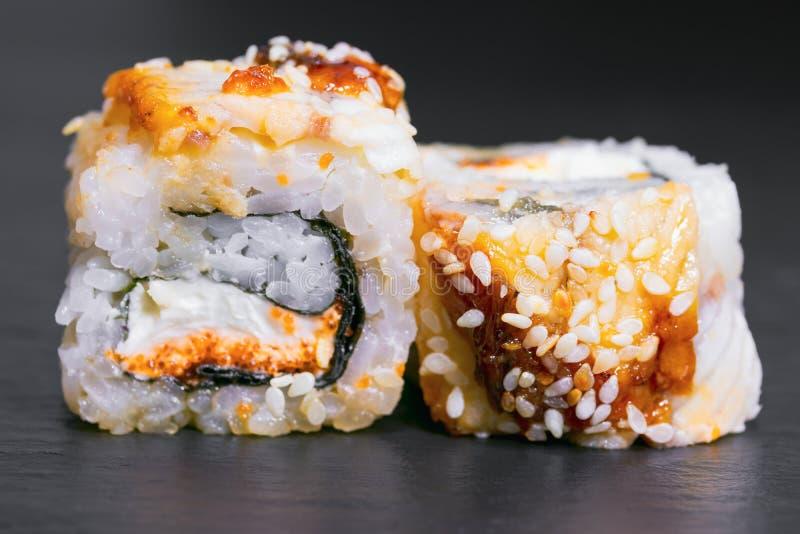 petit pain avec le tobiko de caviar de sauce à sésame d'unagi de fromage de riz d'anguille image libre de droits