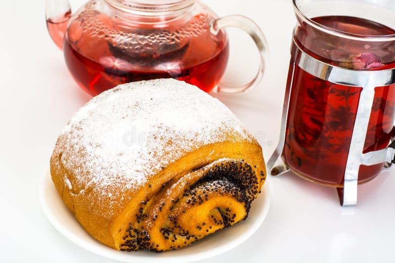 Petit pain avec Poppy Seeds et arroser le sucre en poudre image stock