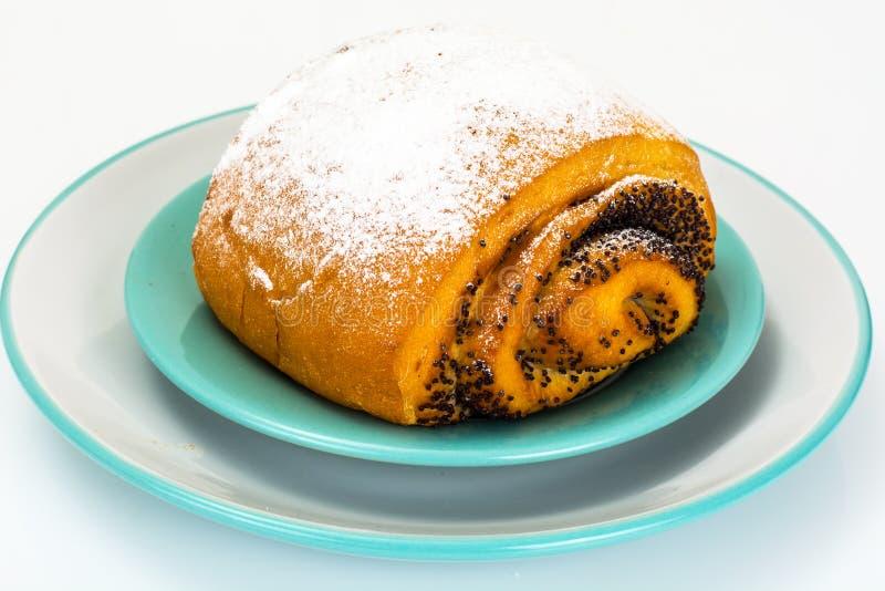 Petit pain avec Poppy Seeds et arroser le sucre en poudre photographie stock
