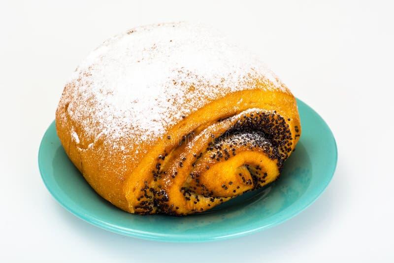 Petit pain avec Poppy Seeds et arroser le sucre en poudre photos stock