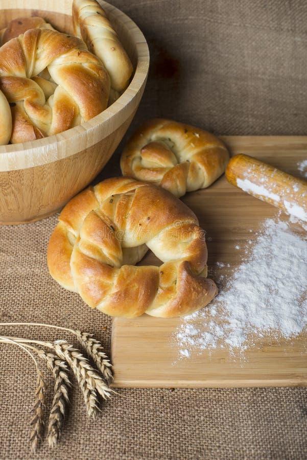 Petit pain, blé et farine de pain sur la toile à sac photos libres de droits
