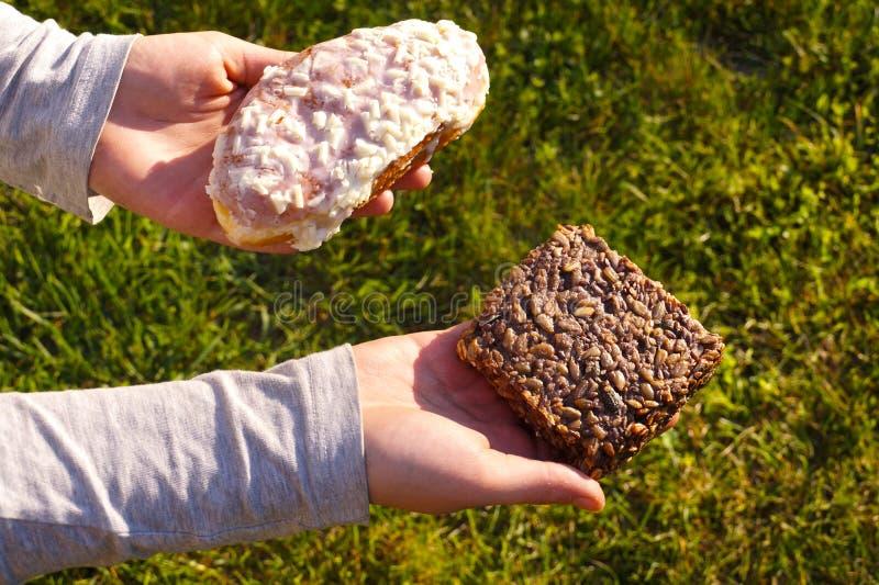 Petit pain complet et petit pain doux Choix difficile du type de nourriture photographie stock libre de droits