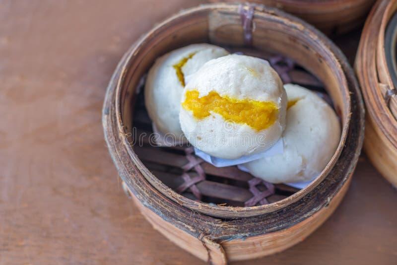 Petit pain crémeux de crème anglaise cuit à la vapeur par Chinois ; Plat asiatique photos stock