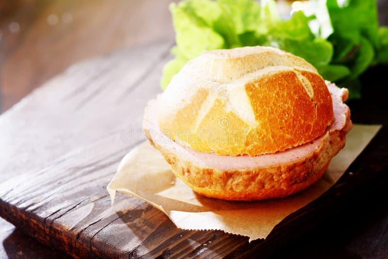 Petit pain croustillant avec le remplissage de pain de viande photo stock