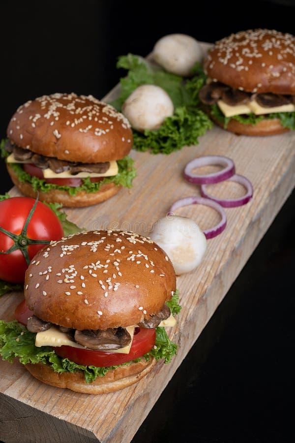 Petit pain croustillant juteux d'hamburger de champignon de Vegan, repas sain pour le déjeuner et dîner photos stock