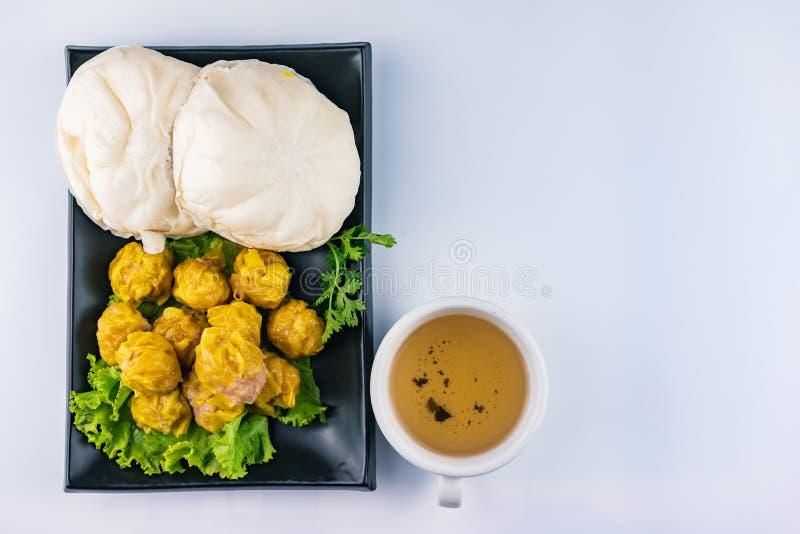 Petit pain cuit à la vapeur de substance, boulette cuite à la vapeur chinoise et thé chaud photo stock