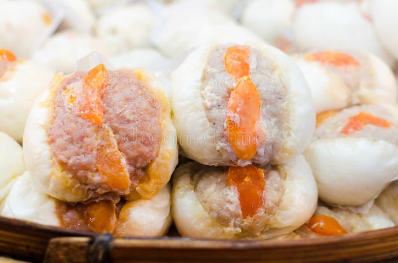 Petit pain cuit à la vapeur par Chinois photos stock