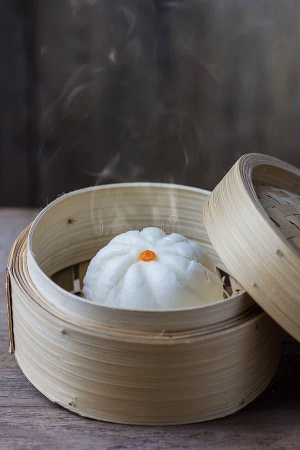 Petit pain cuit à la vapeur par Chinois en articles en bambou image stock