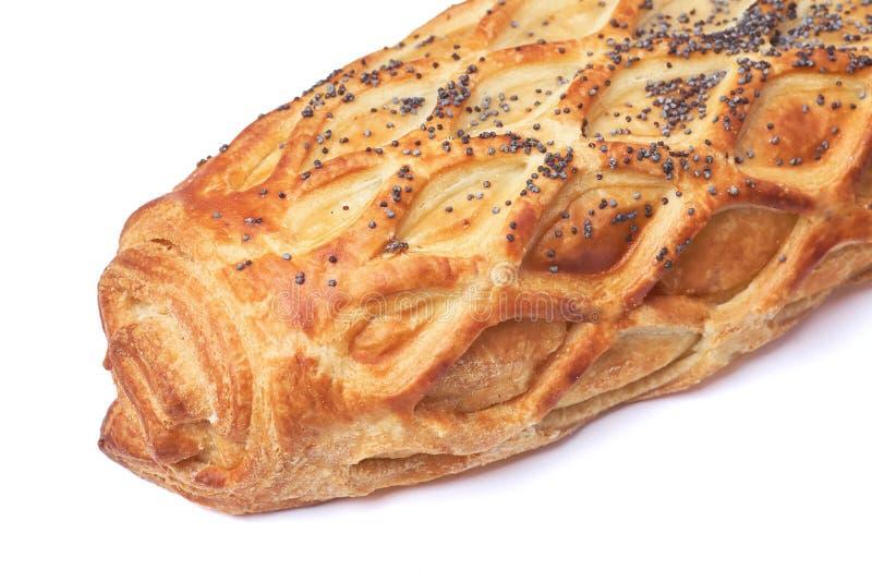 Petit pain cuit au four avec la pâte feuilletée arrosée avec des clous de girofle d'isolement sur le fond blanc photo stock