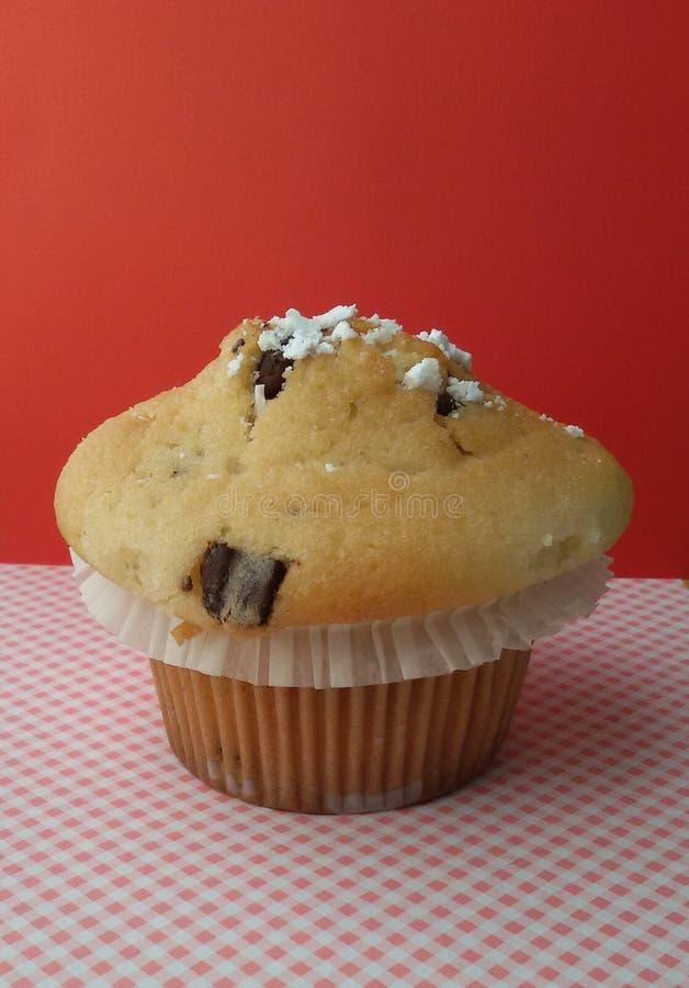 Petit pain délicieux avec des puces de chocolat à l'intérieur Petit pain savoureux et doux photos libres de droits