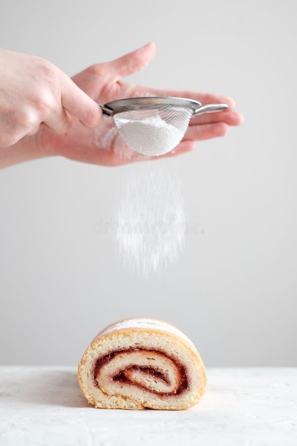 Petit pain de biscuit avec la confiture images libres de droits