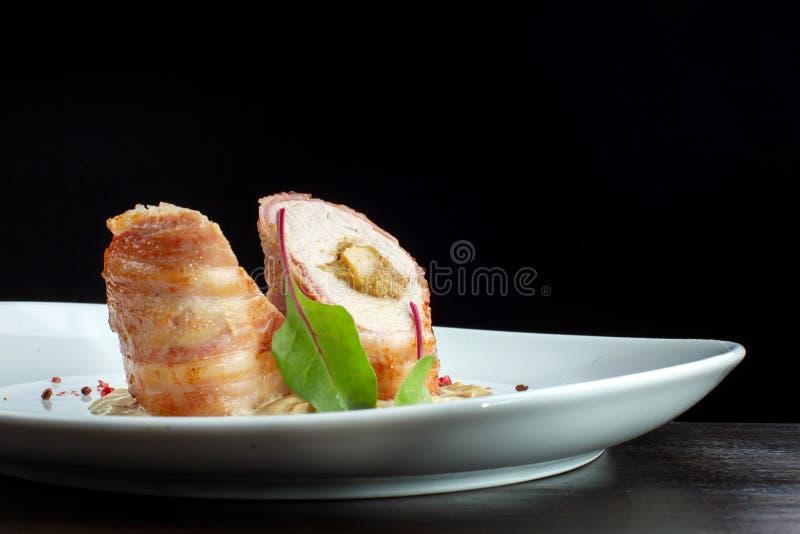 Petit pain de blanc de poulet avec le remplissage Décoré des herbes image libre de droits