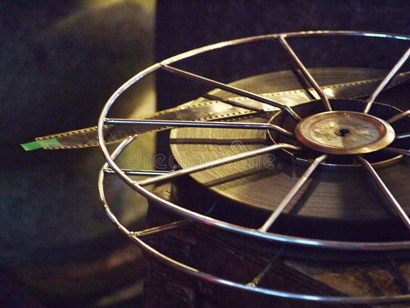 Petit pain de bobine de pellicule cinématographique sur la caisse de boîte en bois photo libre de droits