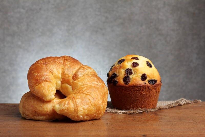 Petit pain de boulangerie de croissant sur la table de teakwood images libres de droits