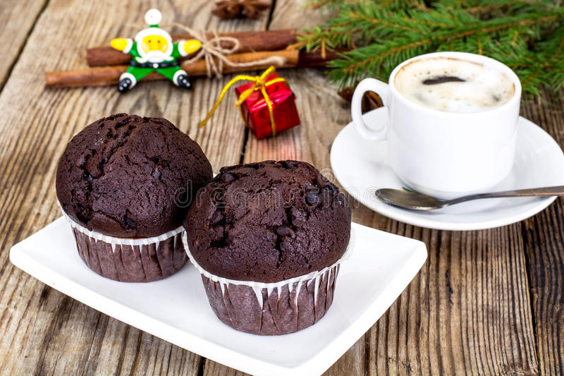 Petit pain de chocolat avec le fond d'arbre de café et de Noël photo libre de droits