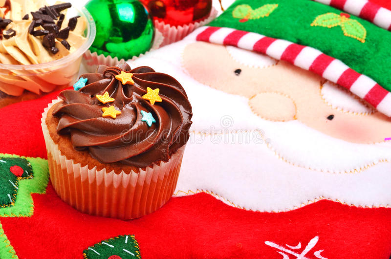 Petit pain de chocolat de Noël, gant de four de Santa Claus et Noël images stock