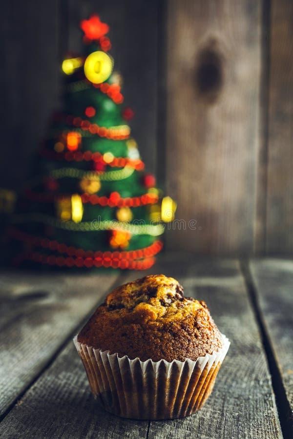 Petit pain de chocolat et arbre de Noël savoureux photo stock