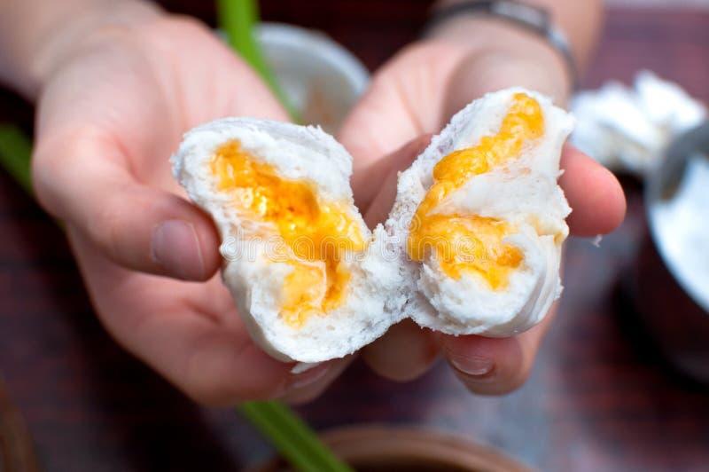 Petit pain de crème anglaise à un restaurant de dim sum, Hong Kong image libre de droits