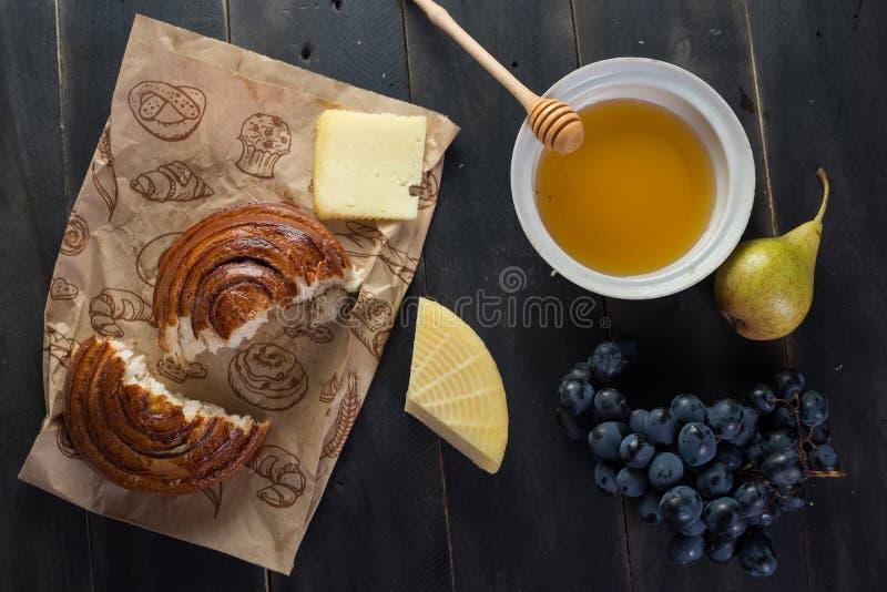 Petit pain de petit déjeuner de matin, fromage, miel de swet et fruits Nourriture faite maison images stock