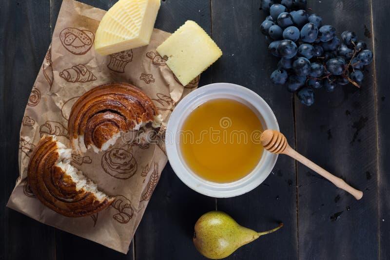 Petit pain de petit déjeuner de matin, fromage, miel de swet et fruits Nourriture faite maison image stock