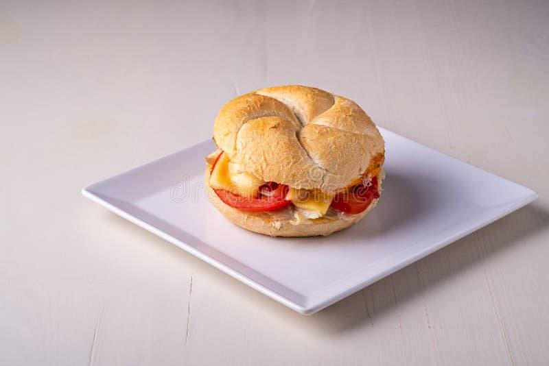 Petit pain de pain fait maison simple de petit pain de pain de Vienne Kaiser d'hamburger avec la mayonnaise de moutarde de tomate photo stock