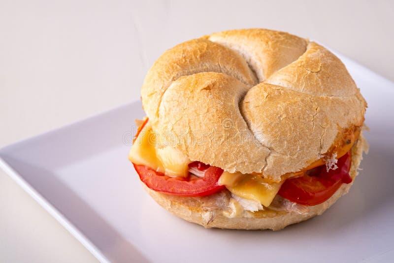 Petit pain de pain fait maison simple de petit pain de pain de Vienne Kaiser d'hamburger avec la mayonnaise de moutarde de tomate photographie stock