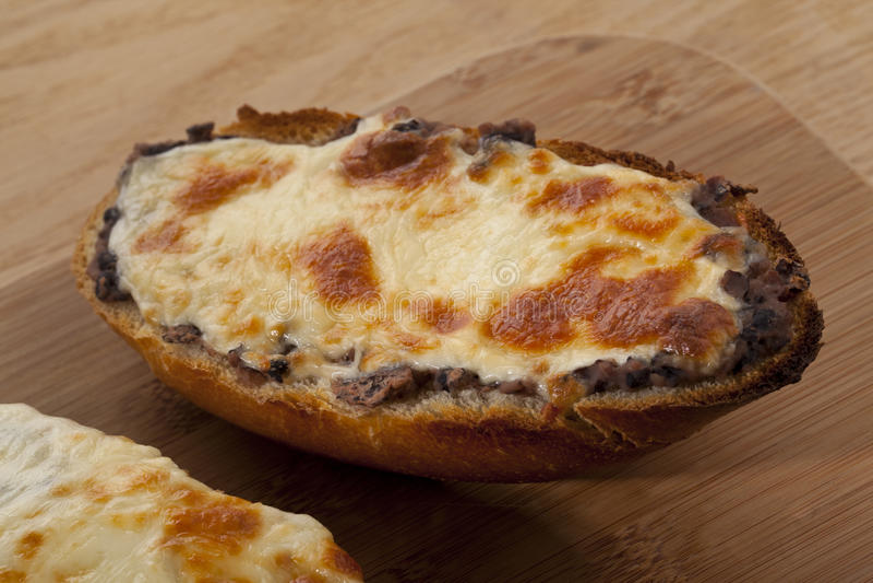 Petit pain de fromage avec des champignons photographie stock