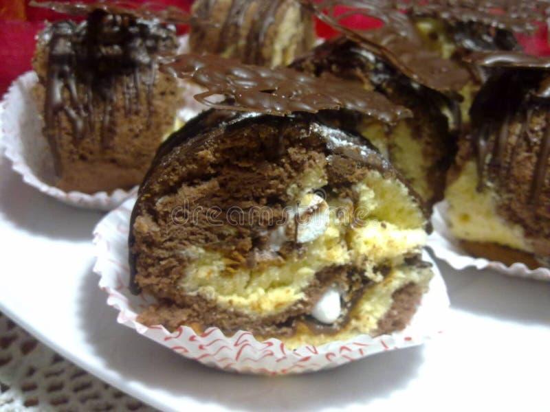 Petit pain de gâteau de marbre avec le merengue et le chocolat photo stock