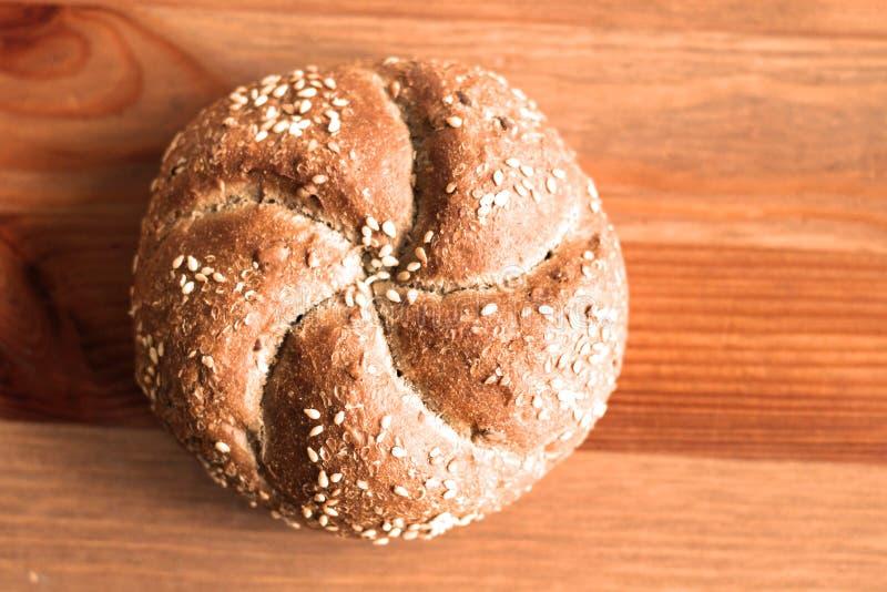 Petit pain de kaiser fraîchement cuit au four savoureux de beurre avec des graines de lin oléagineux et de tournesol Vue supérieu images stock