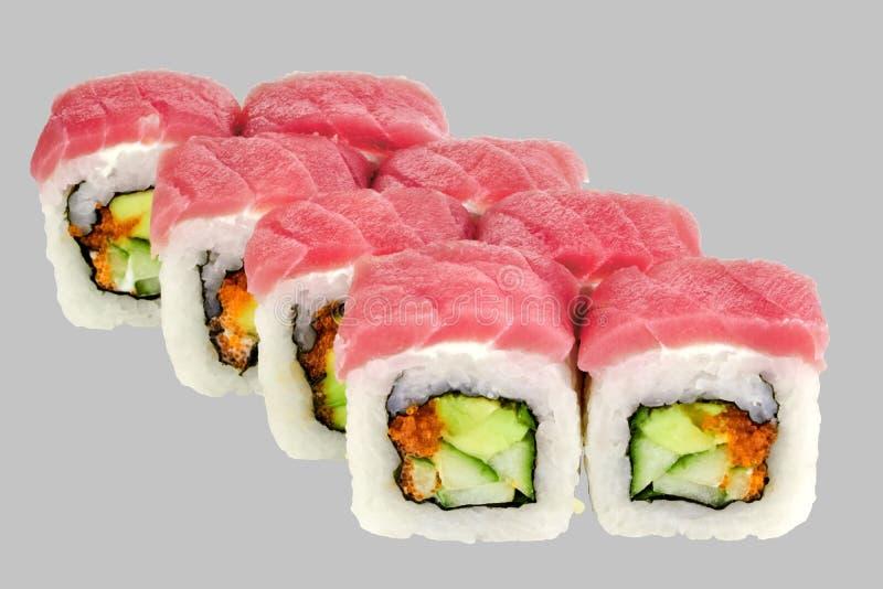 Petit pain de Maguro de sushi avec le caviar Masago d'avocat de thon et de concombre image libre de droits