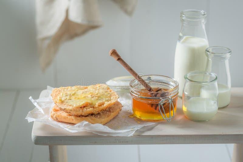Petit pain de miel doux avec du lait pendant le matin images libres de droits