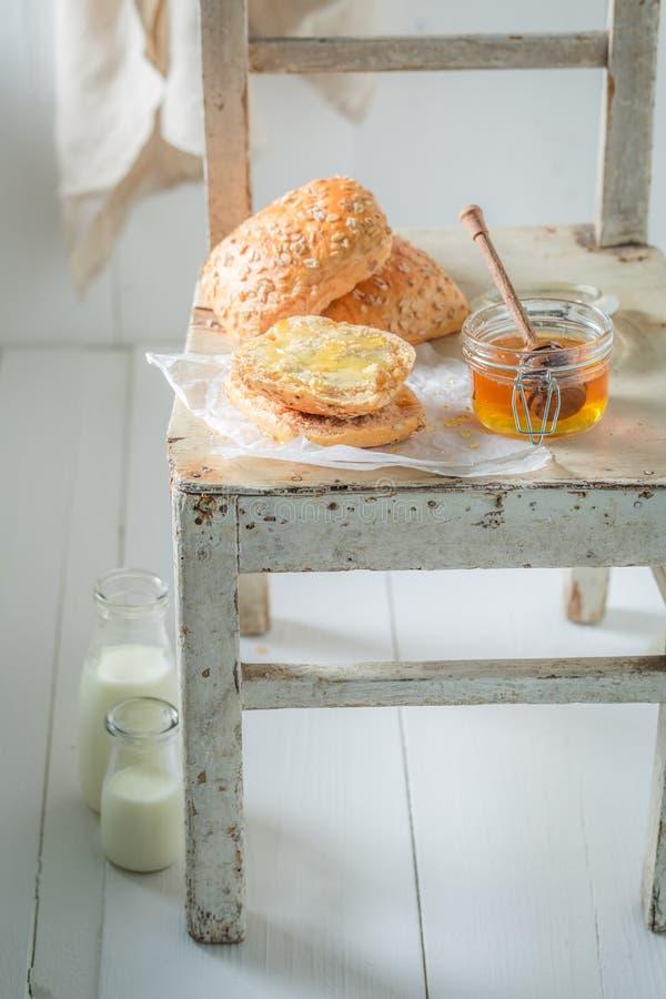 Petit pain de miel frais avec du lait pendant le matin photo libre de droits