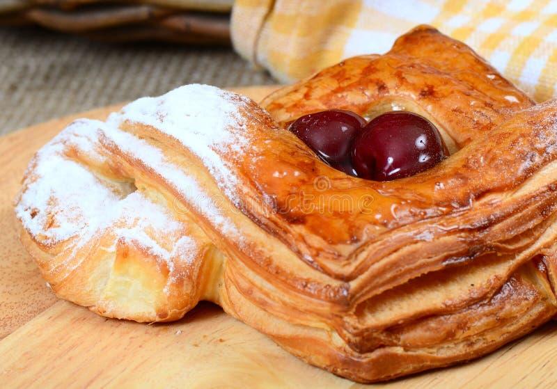 Petit pain de pâte feuilletée avec la cerise photo stock