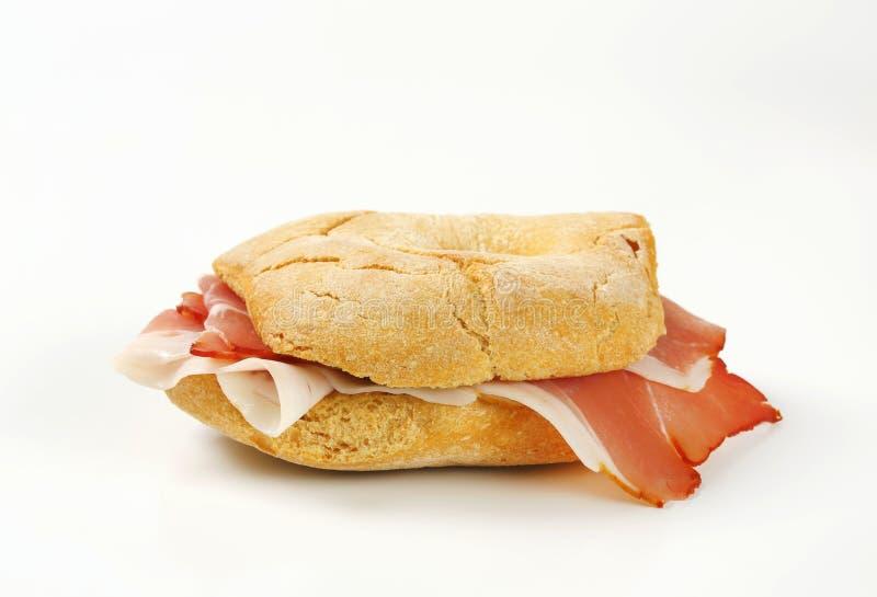 Petit pain de pain (friselle) avec des tranches de jambon de Schwarzwald photos stock