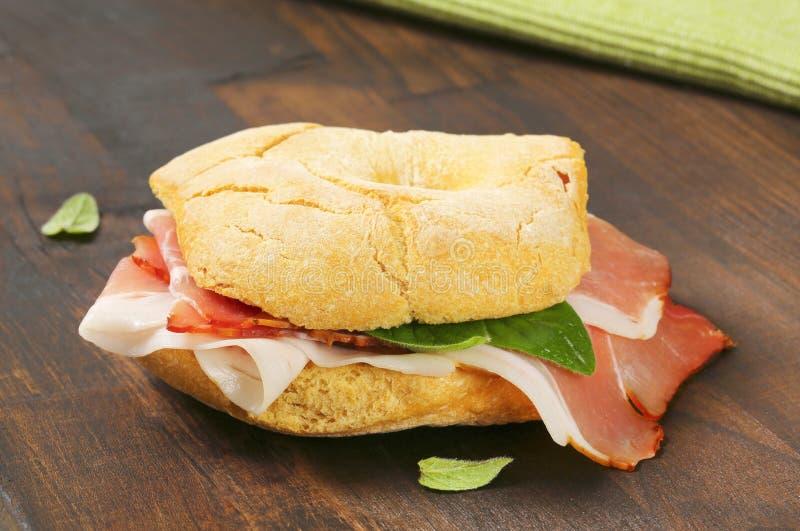 Petit pain de pain (friselle) avec du jambon de Schwarzwald image stock