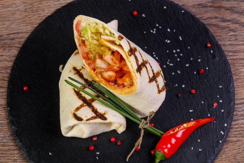 Petit pain de poulet avec la tortilla photographie stock