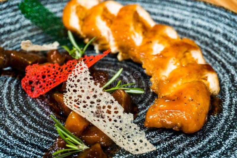 Petit pain de poulet dans un plat noir photographie stock
