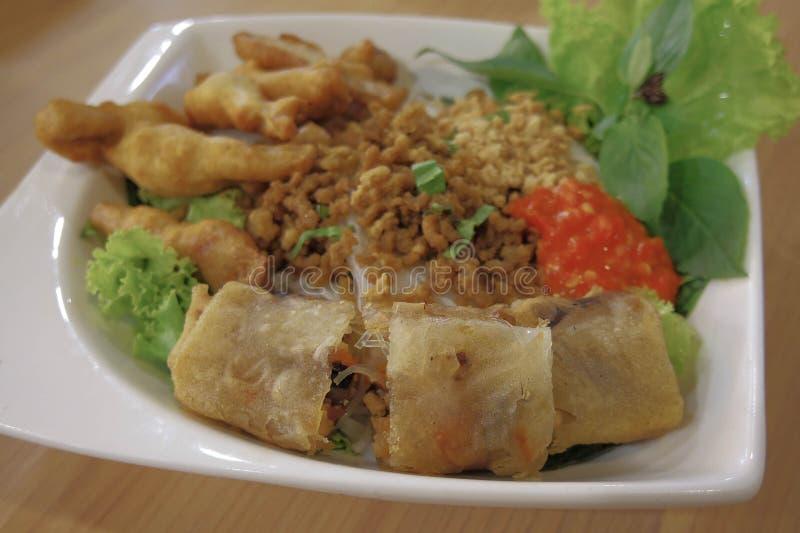Petit pain de ressort cuit à la friteuse, nourriture vietnamienne photo libre de droits