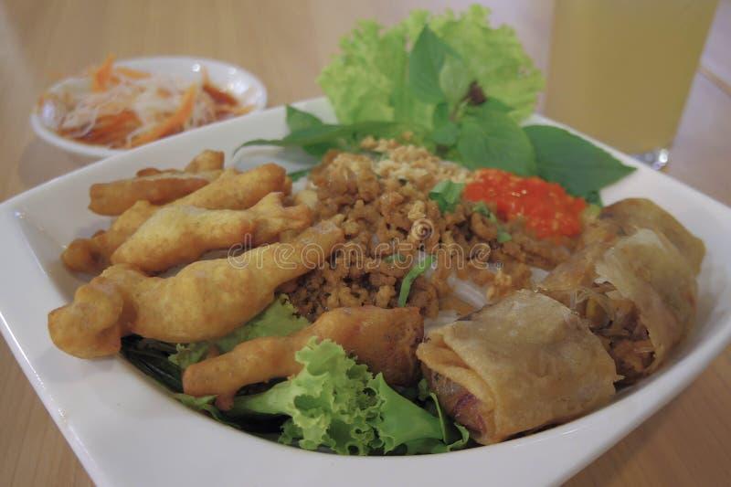 Petit pain de ressort cuit à la friteuse, nourriture vietnamienne image libre de droits